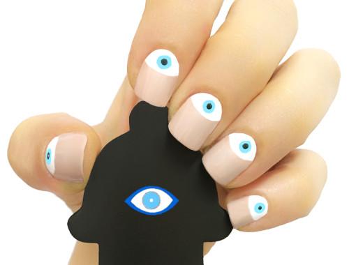 תמונה של ציפורניים נגד העין הרע אוחזות בחמסה