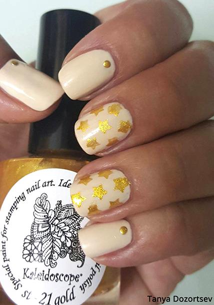 ציפורניים עם כוכבי זהב של Tanya Dozortsev