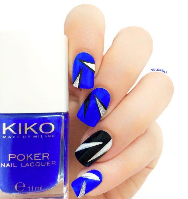 ציפורניים אלקטריות עם מדבקות שבלונה בעיצוב משולשים קטנים ובצבעי כחול רויאל, כסף ושחור