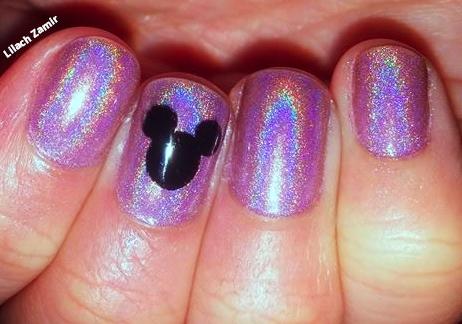 ציפורניים בעיצוב מיקי מאוס על רקע לק הולוגרפי סגול מהמם! קרדיט: לילך זמיר