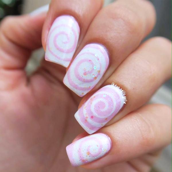 ציפורניי בעיצוב ספירלה בצבעי ורוד ולבן של Galia's Fun Nails