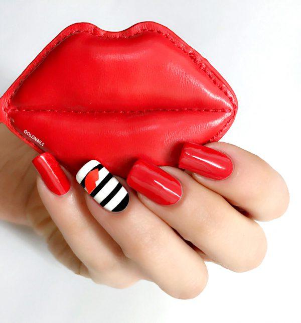שפתיים אדומות על אצבע שחור לבן עם מדבקות שבלונה בצורת שפתיים