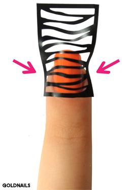 הצמידי היטב את מדבקת השבלונה לדפנות העור