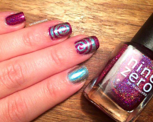 ציפורניים במראה ספירלה מהפנטת בצבעים הולוגרפים! קרדיט: Lacqueredmom