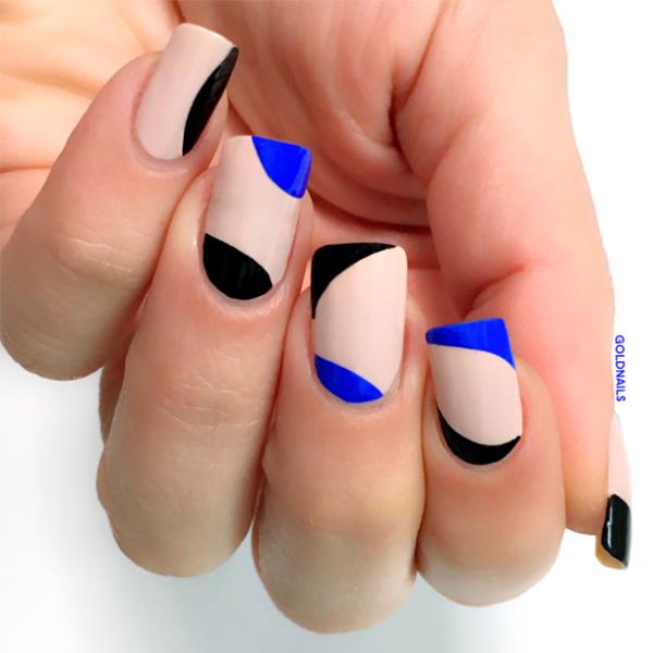 פרנץ' אלטרנטיבי פריסטייל בצבעי שחור וכחול רויאל על רקע לק ניוד