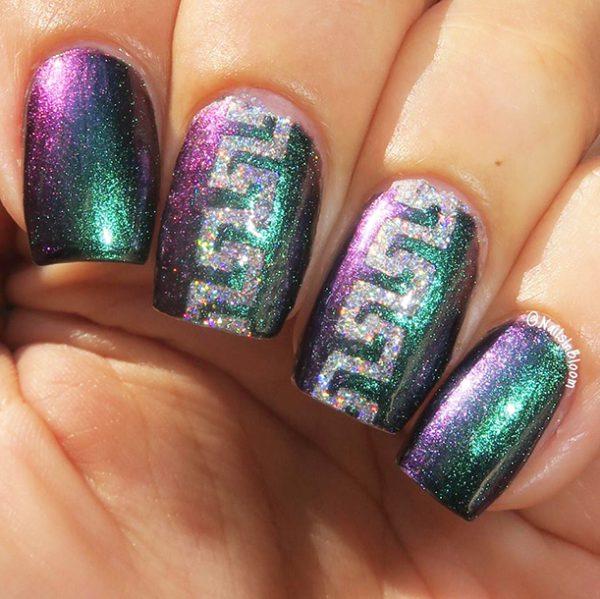ציפורניים הולוגרפיות עם שבלונות גולדניילס בעיצוב הרמוניה. קרדיט: Galia's Fun Nails