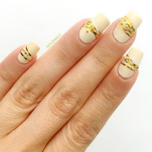 טרנד הצמידים לציפורניים: צמידי זהב ותכשיטים על הציפורניים