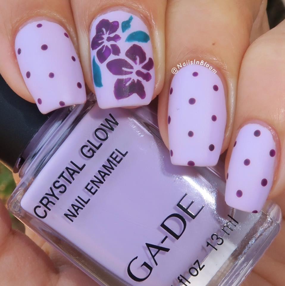 ציפורניים עם סחלב סגול. קרדיט: Galia's Fun Nails