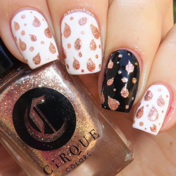 טיפטופים על הציפורניים עם שבלונות גולדניילס. קרדיט: Nails In Bloom