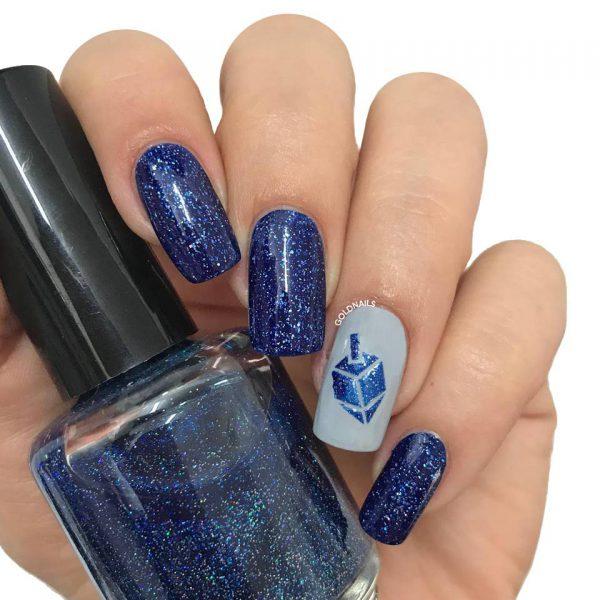 ציפורניים לחנוכה: סביבון כחול עם שבלונות גולדניילס