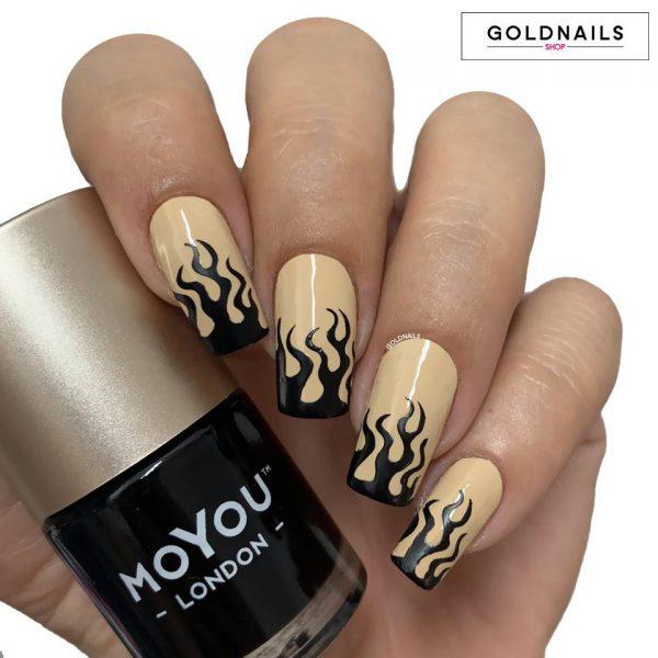 ציפורני להבות שחורות על לק ג'ל בצבע ניוד עם שבלונות גולדניילס
