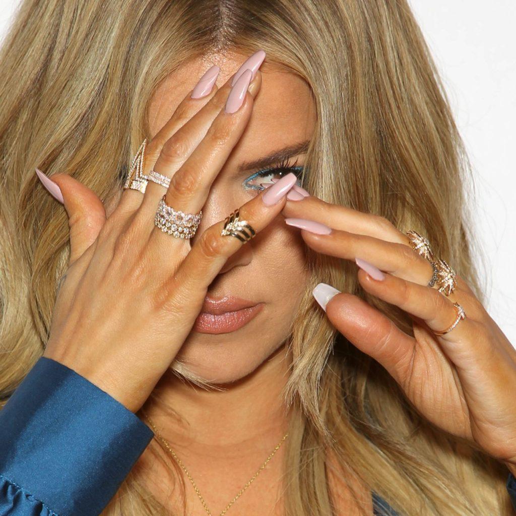 תיאור: khloe-kardashian-pink-coffin-nails